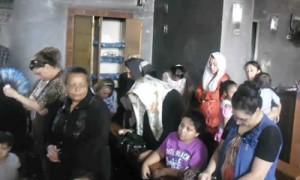 Христиане молятся в сожженной церкви в провинции Минья
