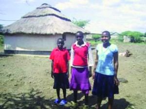Три христианские девушки в Центре помощи в Кении