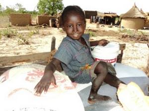 Этот ребенок из малийской христианской семьи получил продуктовую помощь от Фонда Варнава