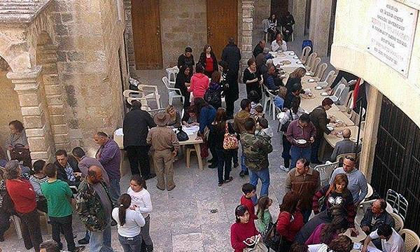 Христиане из Кесаба получают продуктовую помощь Фонда Варнава в церкви Латакии