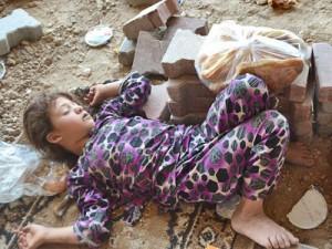 Ребенок из христианской семьи беженцев спит в Дохуке