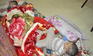 Дети христиан, бежавших из Ирака, спят в зале одного из общественных зданий на одеялах от Фонда Варнава