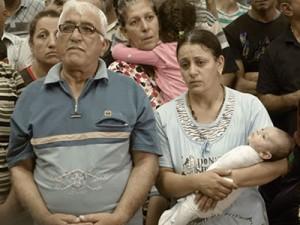 Семья иракских беженцев на богослужении в северном Курдистане
