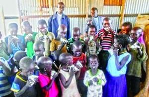 Дети христиан пьют молоко, предоставленное Фондом Варнава