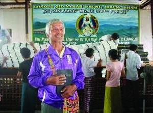 Этот качинский христианин может теперь читать Библию на родном языке