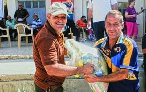 Иракский христианин получает продуктовый набор