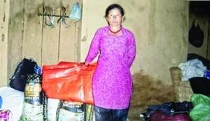 Эта непальская христианка получила от Фонда Варнава брезент и продуктовую помощь