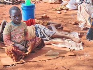 Ндизейимане и пятерым ее детям негде больше спать, кроме как на голой земле