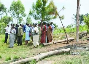 Христиане Танзании посреди обломков их сожженной церкви
