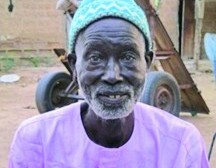 Алфа (92 года), выживший во время пожара в поселке и оставшийся верен Богу даже перед лицом трагедии