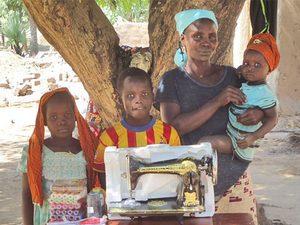 Жаклин, оставшаяся одна с восьмью детьми, и швейная машинка, подаренная ей Фондом Варнава