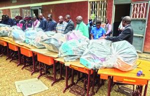 Христиане в Уганде, обратившиеся из ислама и прошедшие обучение, получают комплекты для своих старт-апов