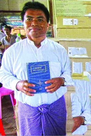 Пастор Пхуза показывает свою учебную Библию на языке лису