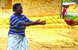 Линда Воу, овдовевшая после эпидемии Эболы, благодарит за помощь, которую она получила от своей церкви при поддержки Фонда Варнава