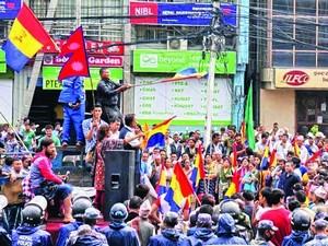 Индуистские радикалы у здания конституционного собрания требуют указать в новой конституции, что Непал - индуистское государство