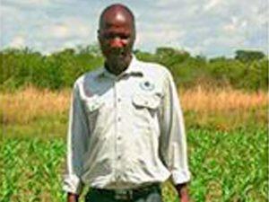 Этот зимбабвиец начал успешно выращивать урожай, пройдя обучение, которое финансирует Фонд Варнава