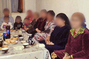 Верующие в Узбекистане, собравшиеся на общение домашней группы