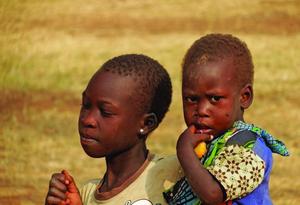 Эти христианские дети в Уганде живут в регионе, где практически вся коммерция и предпринимательство сосредоточены в руках мусульман. Фонд Варнава помогает 400 христиан организовать сельскохозяйственные проекты, чтобы обепечивать свои семьи, укрепляя и изменяя окружающее их общество