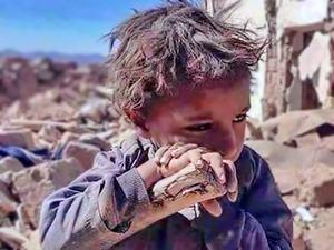copil rămas singur în mijlocul distrugerilor cauzate de atac