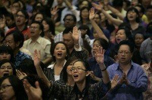 Христиане поют во время воскресного богослужения в Куала-Лумпур, Малайзия