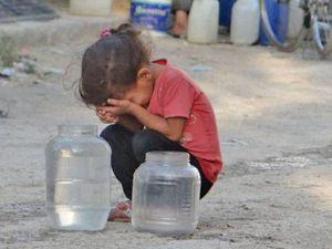 Эта маленькая девочка наполнила банки драгоценной водой, но расплакалась, когда поняла, что они слишком тяжелые и она не сможет унести их домой