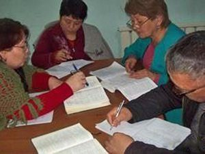 Creștini din Kyrgyzstan studiind Biblia
