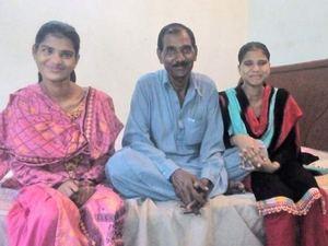 Муж Аасии Биби и двое из их детей