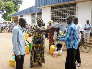 Христианам ЦАР, пострадавшим от конфликта в декабре 2013 года, раздают экстренную гуманитарную помощь (код проекта 105-1172)