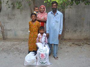 Многие христианские семьи в Пакистане очень бедны и, как следствие, молодые девушки особенно уязвимы. Фонд Варнава поддерживает христианские семьи регулярными продуктовыми наборами (на фото)